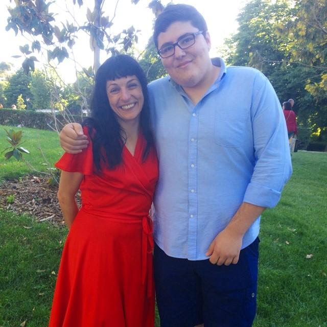 roser amills con un seguidor de madrid vestido rojo
