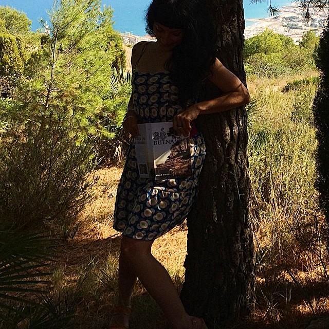 roser amills en el bosque con su novela foto de victor amela
