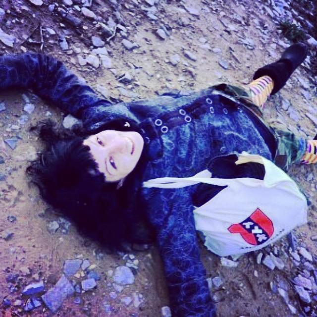 roser amills tumbada en el suelo invierno