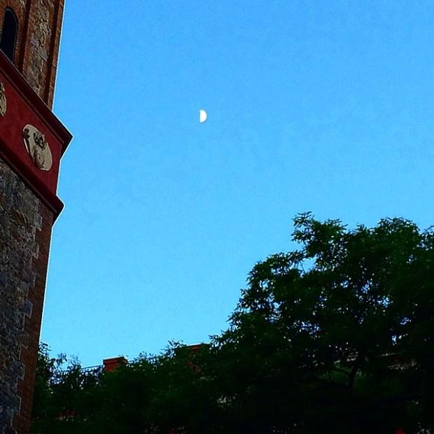 luna al amanecer barcelona