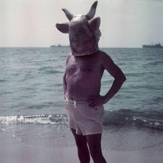 picasso con mascara de toro con cuernos en la playa