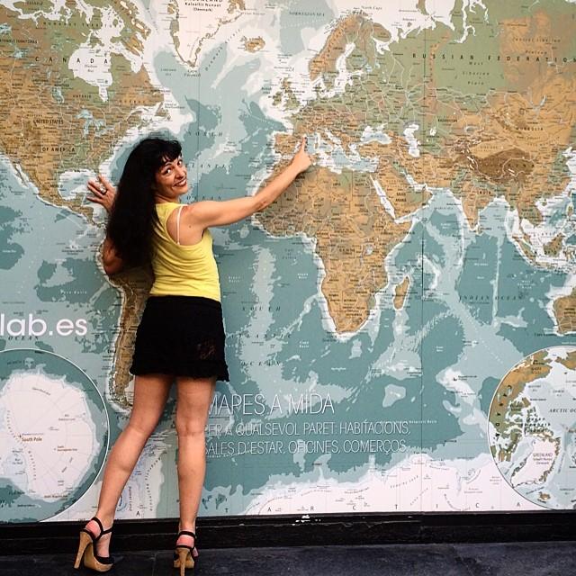 roser amills señala barcelona en el mapa del mundo