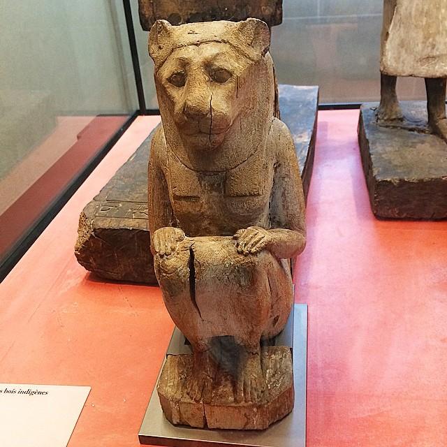 diosa leona en el museo del louvre de paris