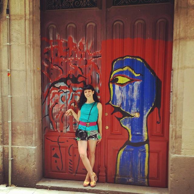 Un honor! Antonio Beneyto me fotografía junto al su grafitti del portal de su estudio:))
