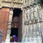 roser amills haciendo el puente portal de la catedral de chartres
