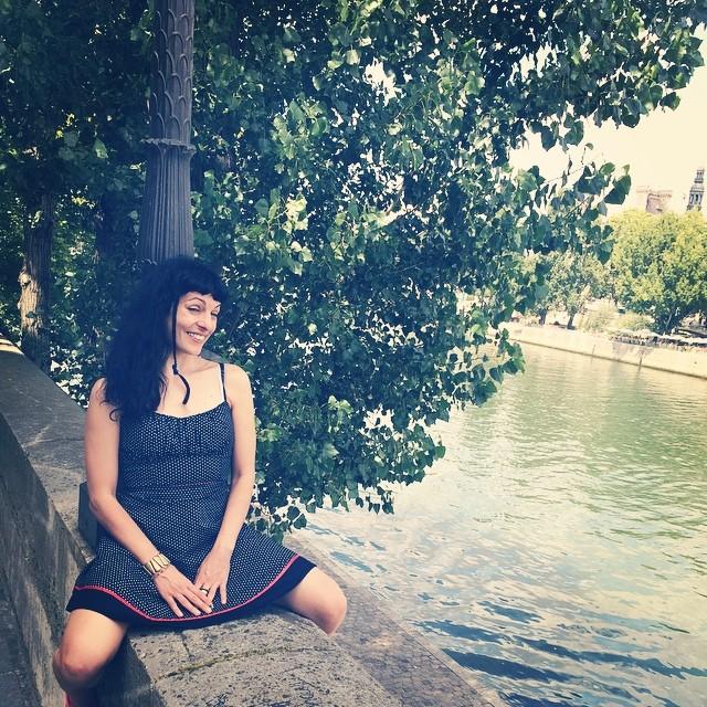 roser amills sentada en el puente del sena paris, foto de victor amela