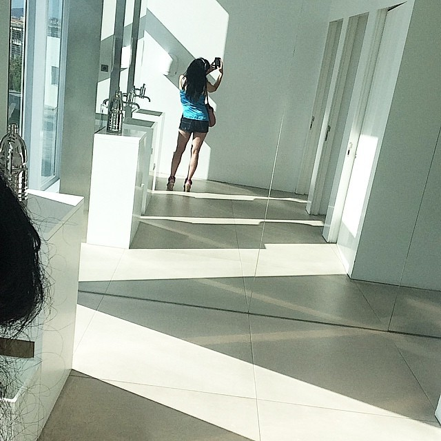 roser amills shorts selfie espejo lavabo hotel w barcelona