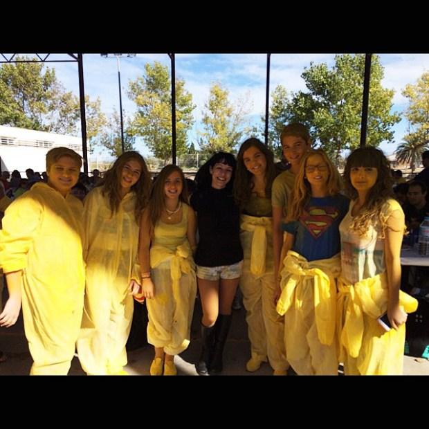 roser amills amb joves voluntaris poble nou del delta pintat de groc
