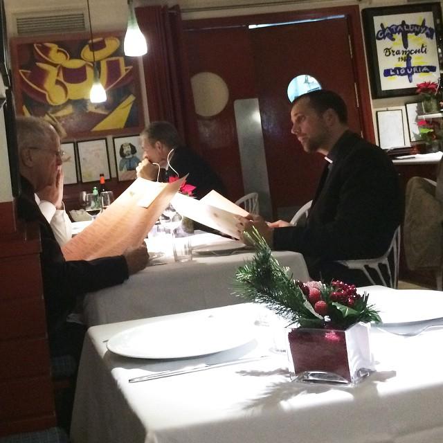 Cura joven italiano comiendo en la mesa de al lado = tengo fantasías!! #pajaroespino ;)) (y conste que estoy con @victoramela y me tiene bien follada)