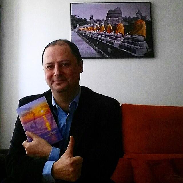"""Alegría: Oscar Richi ya está leyendo """"El ecuador de Ulises"""" y me ha mandado esta foto ;)) #elecuadordeulises"""