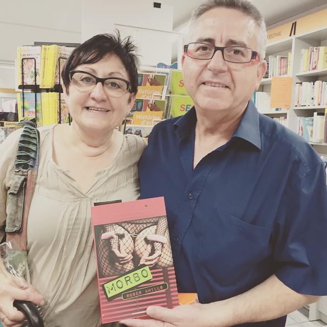 Bella pareja lanzada a leer #morbo :)) en #santacoloma #santaco