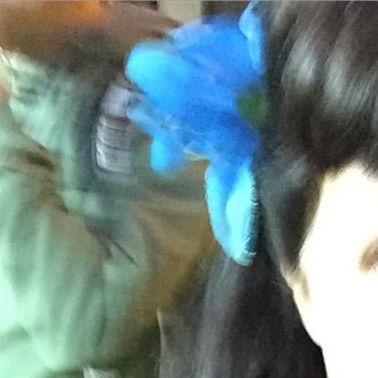 Roser Amills flor azul en el pelo