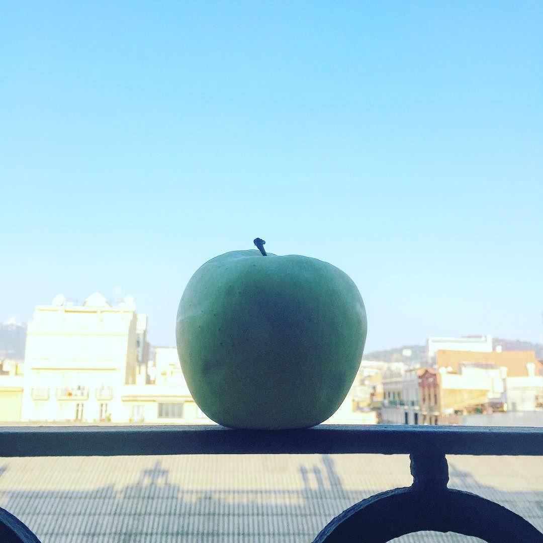 Para que exista una manzana primero hay que crear el universo ;))