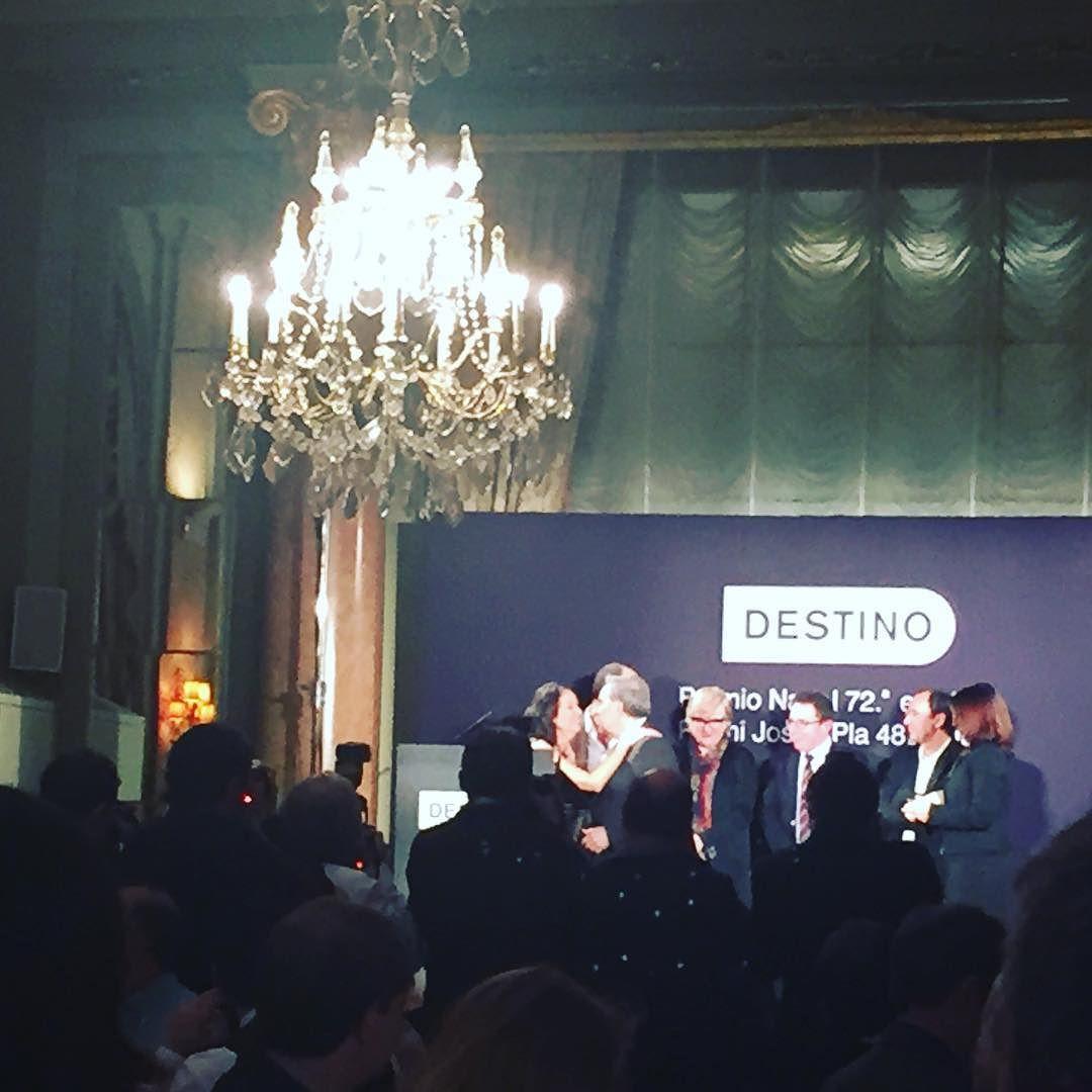 """Premi Josep Pla per Lluís Foix amb """"Aquella porta giratòria"""". Enhorabona!!! #premionadal2016"""