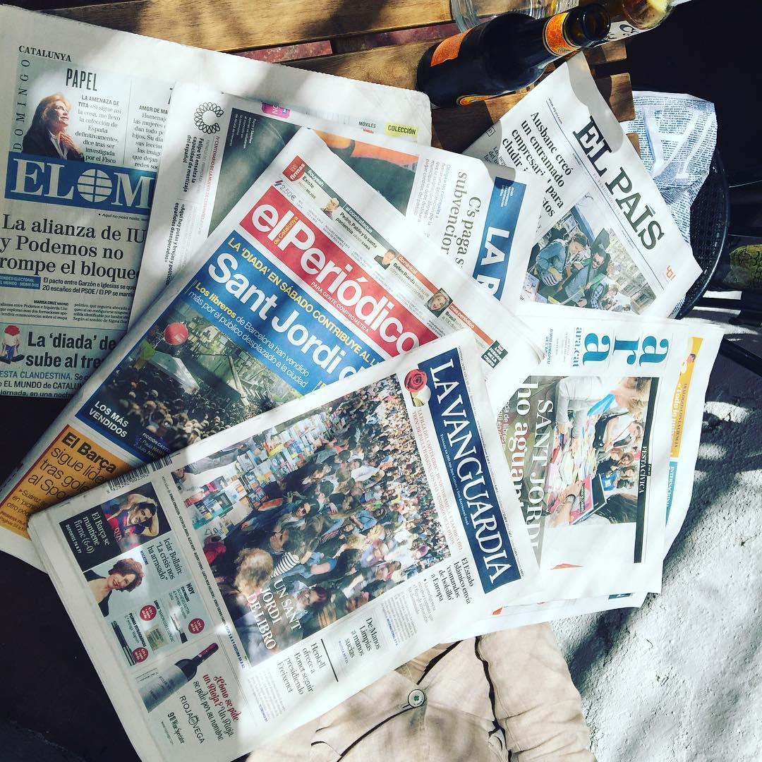 La prensa de hoy va cargadita de escritores, rosas y libros ;)) Muy feliz post Sant Jordi 2016!!