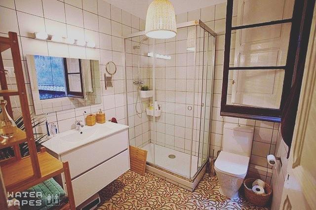 Pronto, sorpresa! By @watertapes - En este baño se van a vivir cosas sugerentes #watertapes #amillspublicwc #footheband