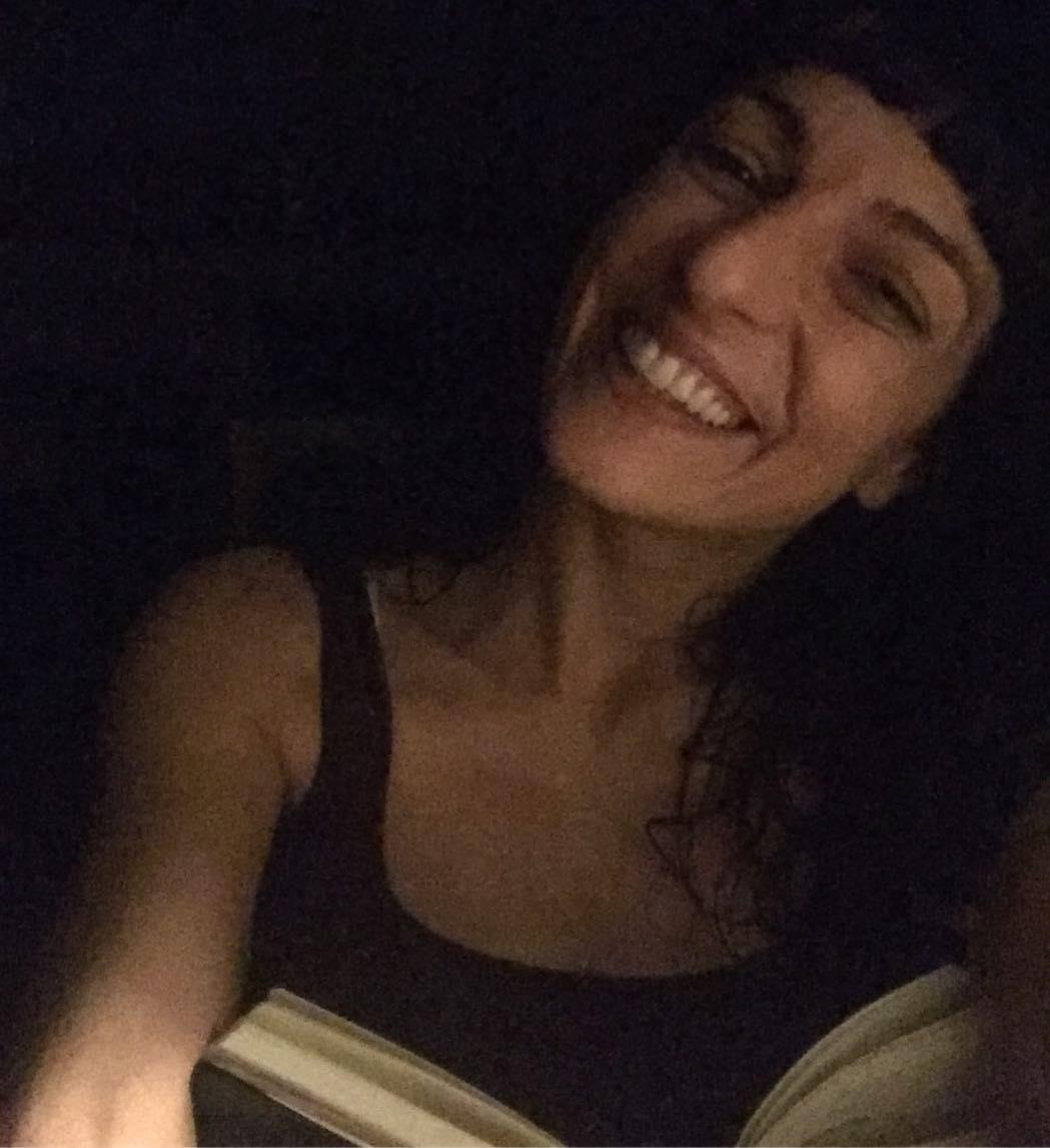 Casi a oscuras, leer es como cuando tenía 7 años y lo hacía con la linterna de las excursiones :))