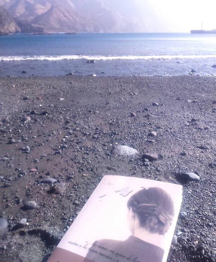 Me hace muy feliz esta foto de @marvegas22 disfrutando con #labachillera en Canarias! Gracias!!! #escritora #mallorquina #algaida #clubdelectura #llibres #libro #books #bookshop #libreria #llibreria #bestseller #leermola #leeressexy #lecturas #booklover #bookstagram #cultura #regalalibros #regalallibres #mallorcainspira