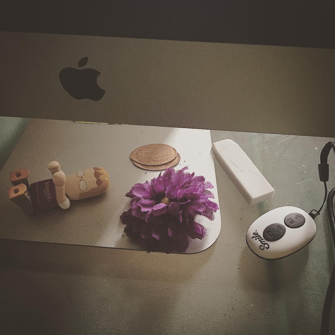 Qué tienes en tu escritorio? Yo tengo flores y sonrisas ;))