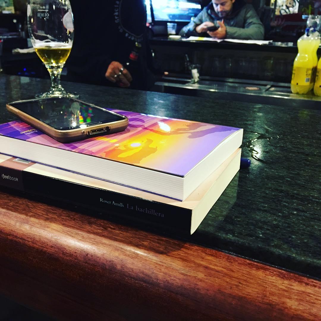 Hoy dos novelas mías han volado a un sillón de lectura ;)) #labachillera #elecuadordeulises