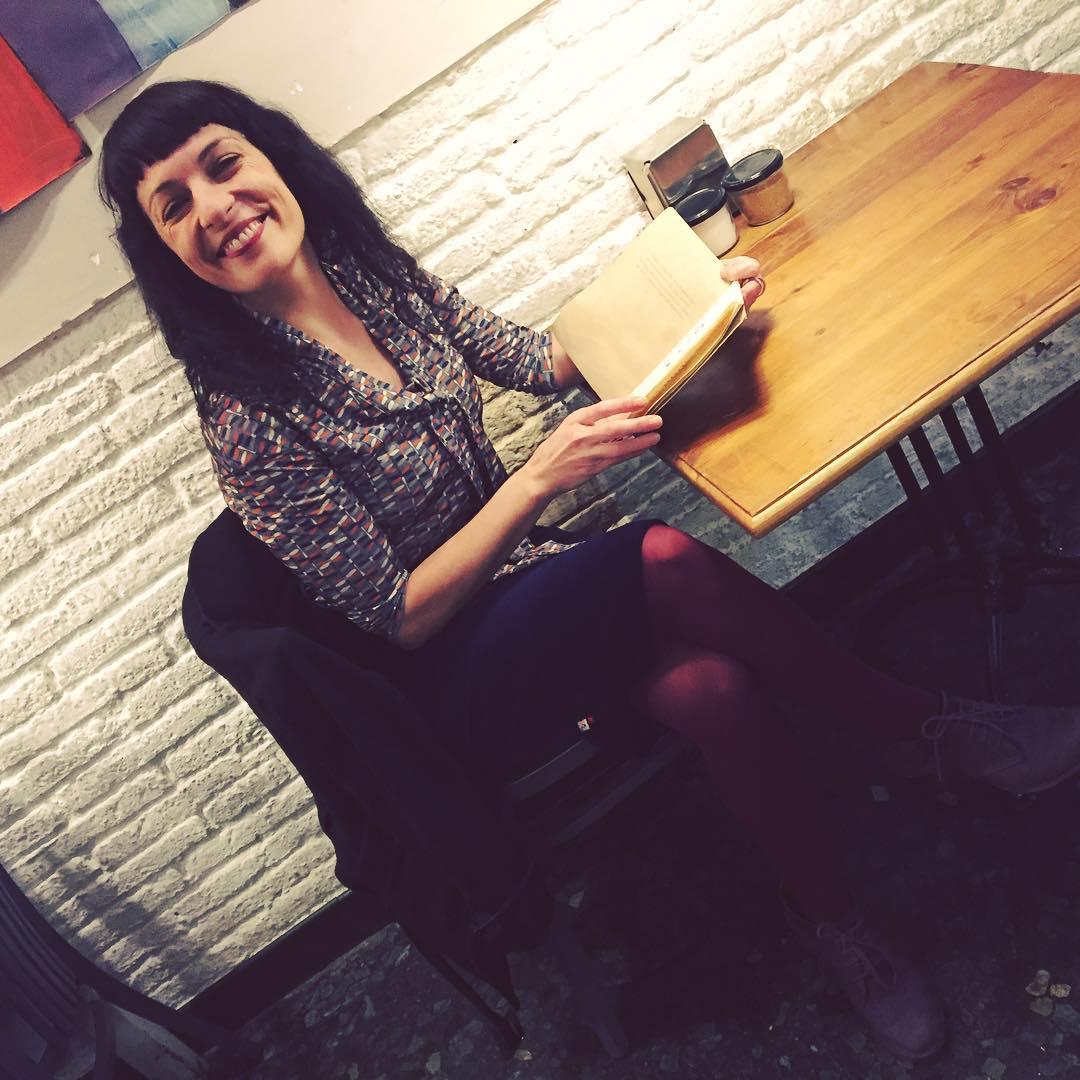 Desayunamos? Es mi parte favorita del día! Blusa Puck estampado libélula de @snobiliaire #ropaparagentequelee y falda lápiz azul de la colección #invierno2016 #winter2016 😍#ropaparagentequeescribe #moda #fashion #fashiongram #👫 #etsyshop #newcollection #nuevacoleccion | Foto de @marco_blued