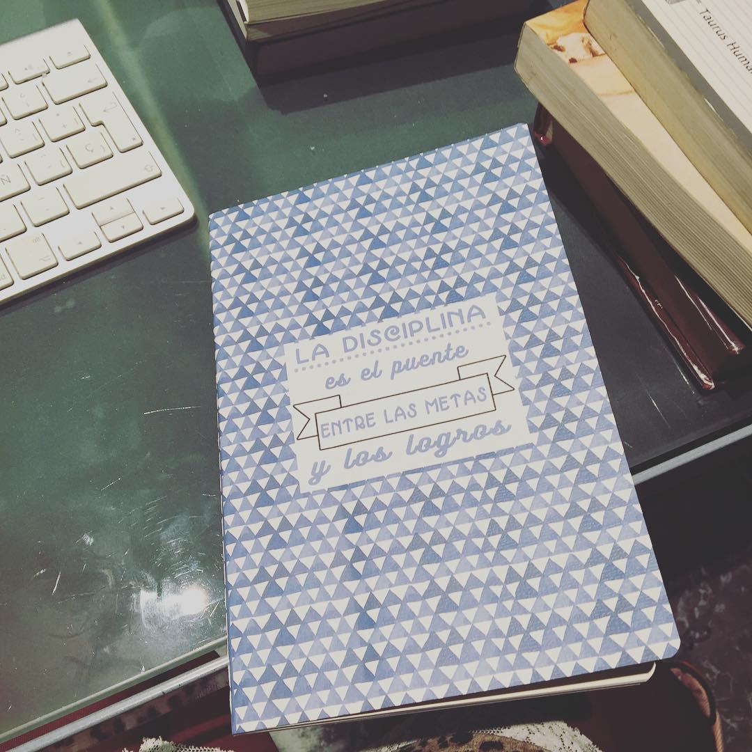 Este precioso cuadernito me lo regaló Tere Gallimó hace unos días, qué ilusión estrenarlo!!!