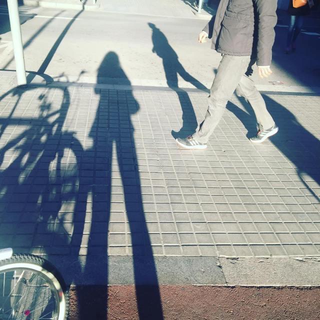 """""""La sombra no existe; lo que tú llamas sombra es la luz que no ves"""" Henri Barbusse"""