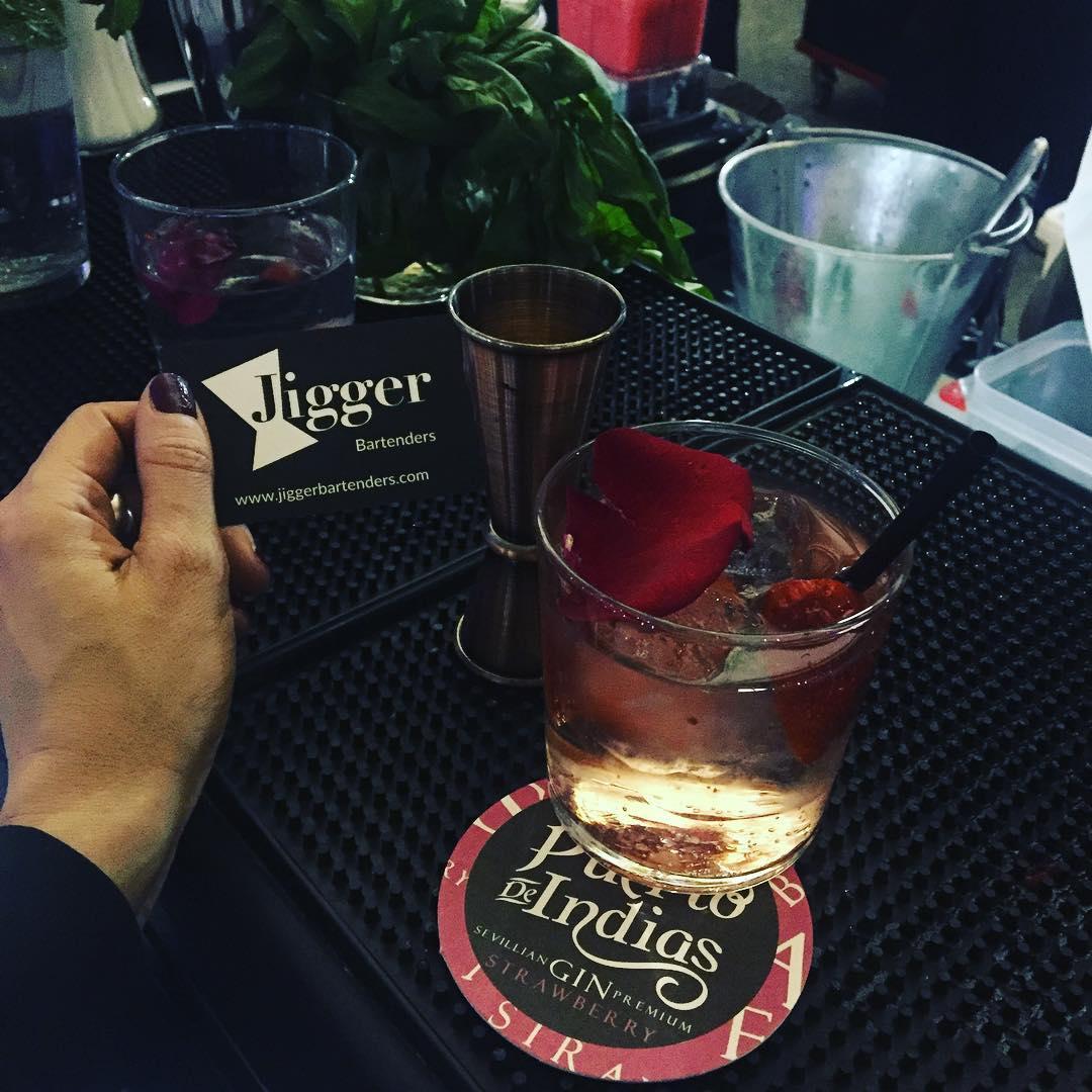 Mirad qué bien nos tratan los @jiggerbart ;)) Roser? Pues un cóctel de rosa