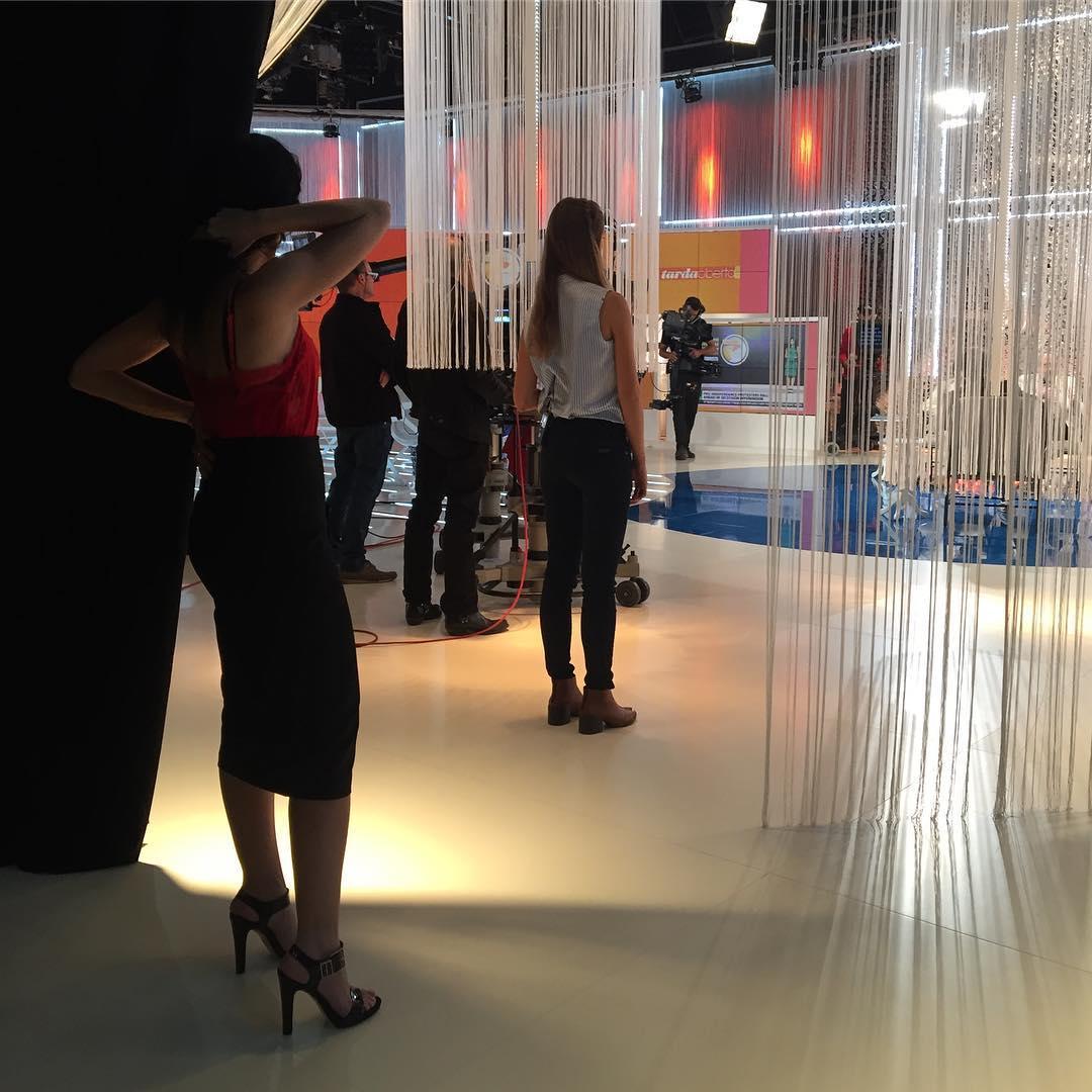 Ara, a les 18h, atents a @tv3cat i em veureu i escoltareu a #tardaobertatv3 Porto inspiracions que us emocionaran!! Faldilla, body i sabates d'@ottovanrhuskbcn Oi que és bonic el plató de @tardaobertatv3