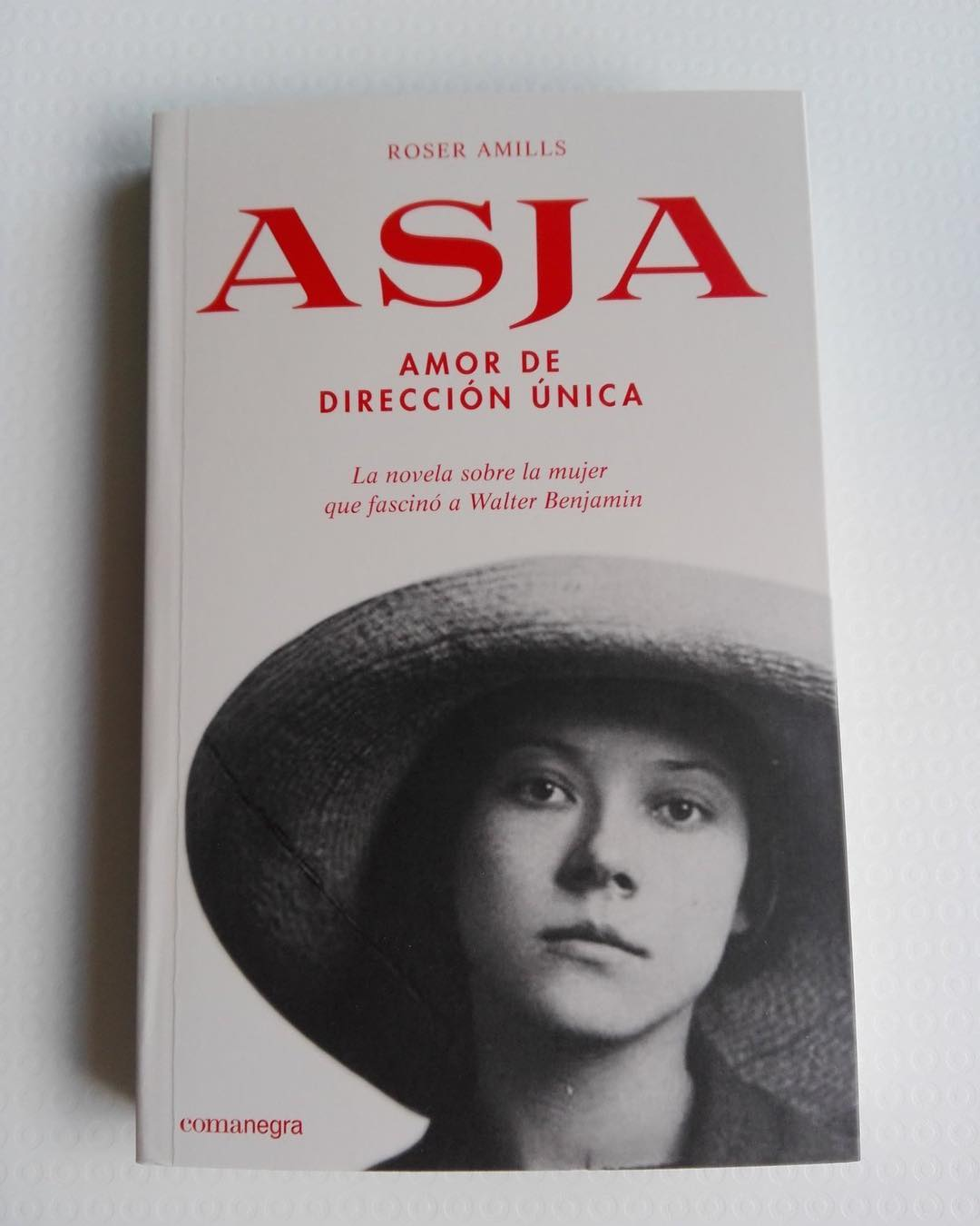 """Y @robertMC21 ya tiene también su ejemplar de la novela """"Asja"""". Tienes tú el tuyo? #asjalacis & #walterbenjamin 💕"""