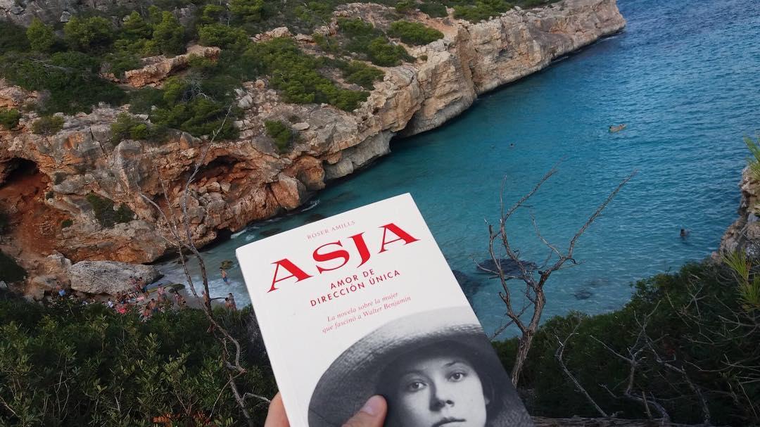 Quina il.lusió: @enjordijulia ha començat a llegir el meu nou llibre #Asjalacis en aquest raconet únic de #Mallorca