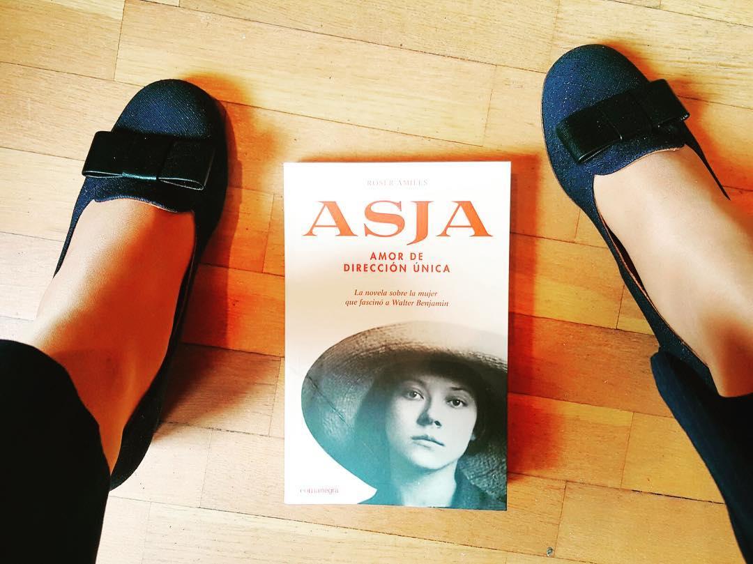 Quien ame y admire a @maria_almenar como yo entenderá la ilusión que hace que esté leyendo mi nueva novela! 📚 #asjalacis & #walterbenjamin