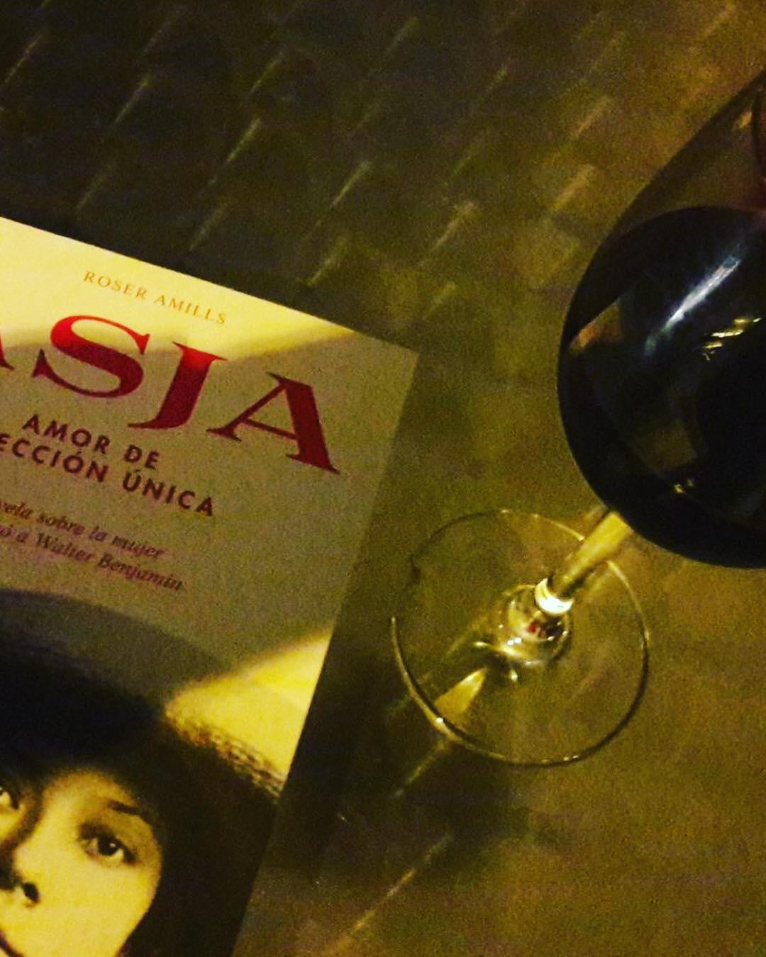 Lectura recomendada: la historia de amor de la revolucionaria comunista #asjalacis y el filósofo judío #walterbenjamin, el #nazismo, el teatro, la radio...