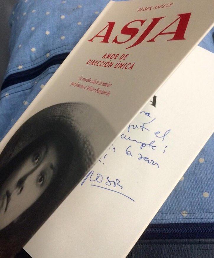 """Para un escritor, el premio es poder entregar en mano el libro, gracias @begonyis por elegir """"Asja""""!"""