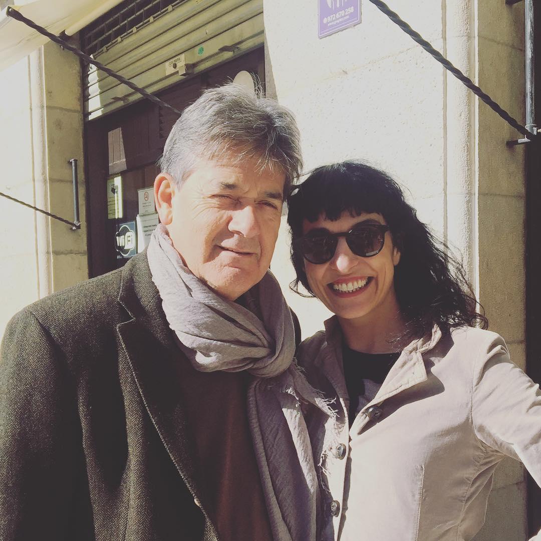 Hem fet #vermut a Girona amb en #guillemterribas de @llibreria22 a La Taverna. M'ha deixat les seves ulleres de sol, veig el món com el veu ell ;))