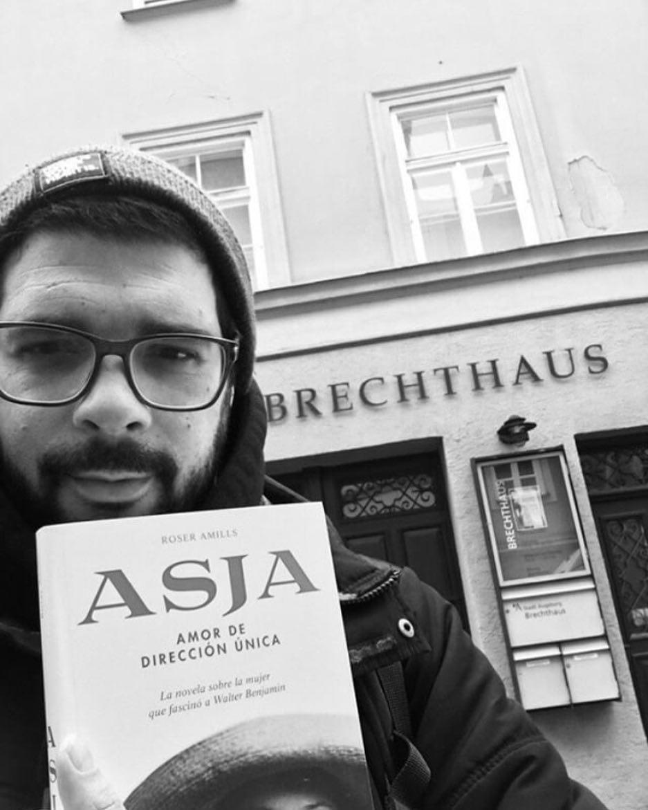 Es maravilloso que @paulkatoe_illustration lea #asjalacis & #walterbenjamin delante de la casa de #bertoltbrecht !!!!