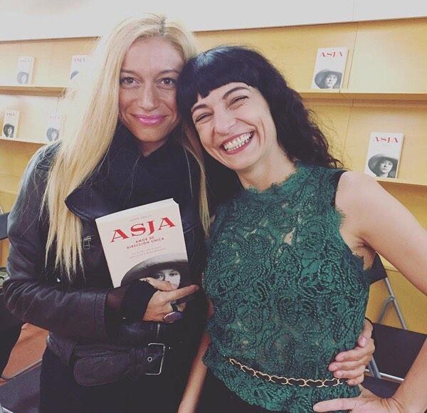 Gracias @arantxacoca 💕 #Repost En la presentación de la última novela de #roseramills #asja !! Esta mujer puede con todo! Ganas de leerlo ya!! #love #amistat #talent #superwoman !!