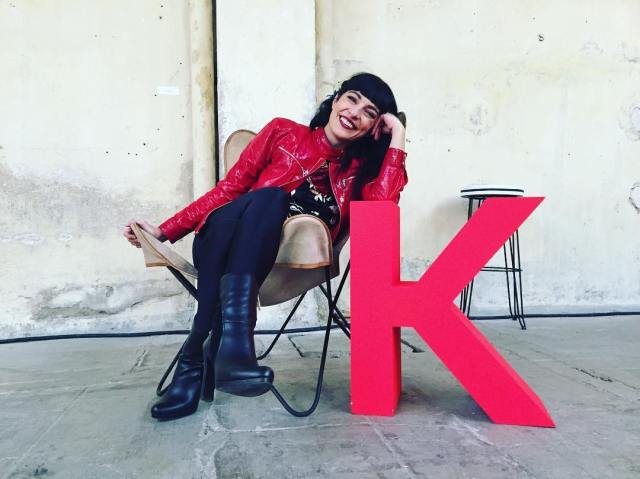roser amills fiesta de los premios @timeoutbcn en la silla del super col•laborador #kavehome_es!!! Ha estat un exitàs:) mil gràcies!! #kavetimeout @kavehome_es [disfruto mi chaqueta de cabritilla de @ottovanrhuskbcn ] Fot de @arieinstagram