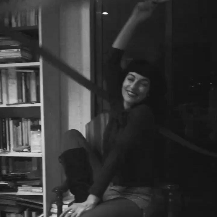 Así escribo mis novelas: le doy vueltas y vueltas a una historia, hago chas y aparezco a tu lado. En tu mesita de lectura :)) #novela2018 #osquieromucho