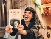 roser amills firma de #asjalacis y así la ha inmortalizado @emili_puig 🤗💕@stb_siamotutteblogger Firma de #libros 📚🌹 #Asja en #IlMercatino di #SanValentino @galleryhotelbcn @stb_siamotutteblogger @angelavisco @marrateebcn #stbeventi #siamotutteblogger @llibreriajaimes