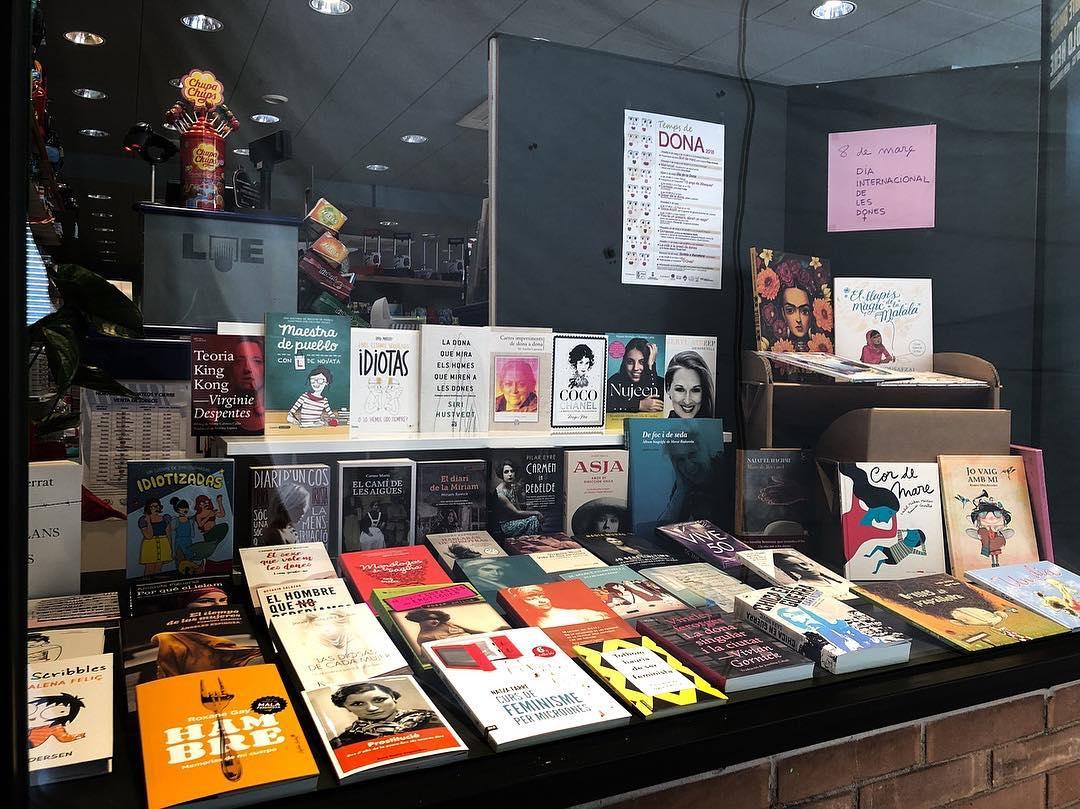 Gràcies @llibreriaelcucut per incloure #asjalacis als 65 llibres escrits per dones, sobre dones que comparteixen aparador a la llibreria El Cucut. Visita'l. #llibreries #dona #lij #llibreriaelcucut @neusarques @elifyemenici @malalayousafzai2 @bel_olid