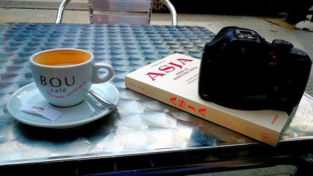 Gracias @petitdesastre por esta foto de mi novela sobre #asjalacis de ayer! Con #jeanpierrebonnel en @llibreriajaimes ;))