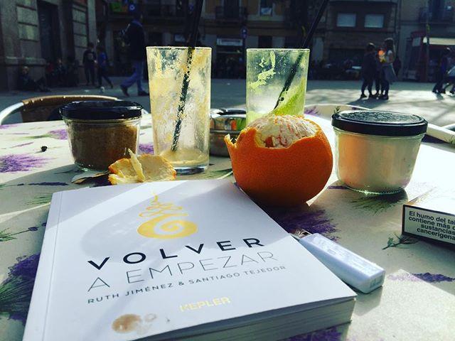 Así empiezo la tarde del viernes, con muchas vitaminas, también las de #volveraempezar 📚 Id ya a por este delicioso libro de @ruthjimeneztv y @tejedordeviajes 💕
