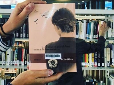 "Qué ilusión, #lloretdemar ! #Repost de @lidiabartolome 📚""La bachillera"" de @roseramills #bookfacefriday #quèfemalesbiblios #reedition @bibliolloret  #librarians  #creative  #bookstagram  #booklover  #books  #bookalicious  #bookfacelicious  #bookfacemagazine #thebestbookfacefriday  #librarylife  #librarianlife  #megustaleer  #magradallegir  #llibrerecomanat  #lovebooks  #bookart"