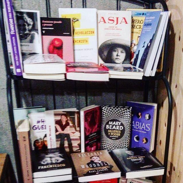 Me hace muy feliz que #asjalacis esté tan bien expuesta en la librería @MoitoConto del número 35 de la calle San Andrés en #ACoruña! Gracias 📚💕!