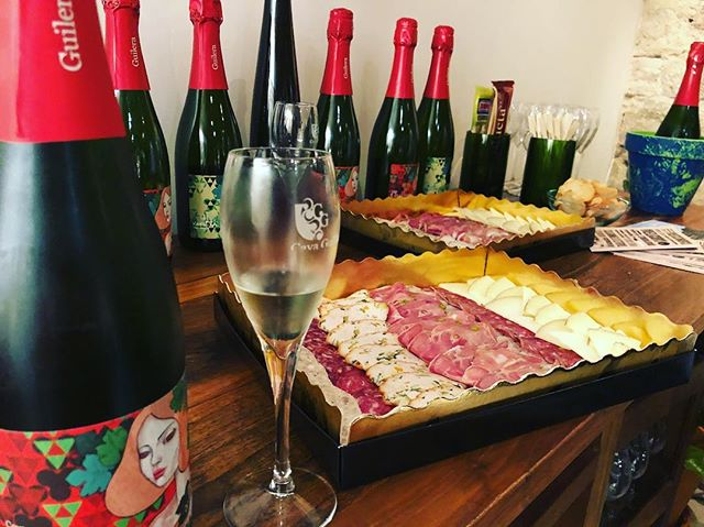 Cava stop... Cava tasting! 🥂🍾 #iLoveCava #Macabeu #vines #Guilera #vineyard #Penedes #wine #region #catalonia #catalunya #CavaGuilera #Barcelona #Cava #tasting #luckygirl #instamood #winetasting #process #patience it takes #time