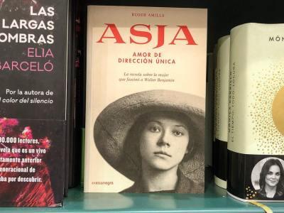 Berlín, 1955. La directora de teatro letona #AsjaLacis ha pasado diez años en un campo de trabajo de Kazajistán.Visita a su amigo #BertoltBrecht y…
