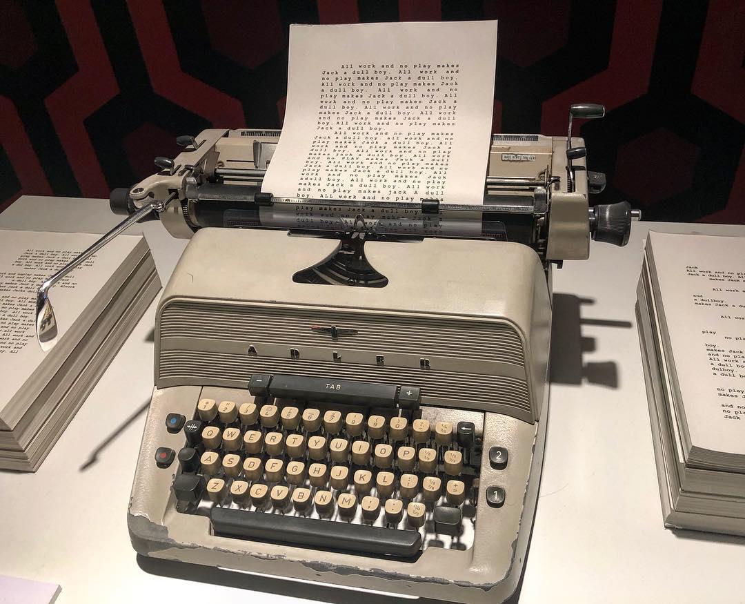 """#elresplandor Wendy se acerca a la máquina de escribir de su marido y descubre que ha estado semanas con la misma frase: """"All work and no play makes Jack a dull boy"""". …"""