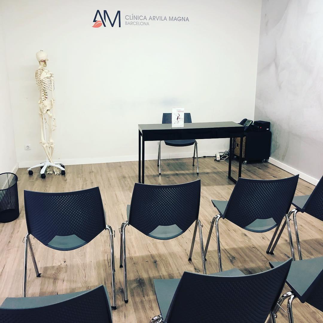 Sala lista para una gran cita.  Ahora conoceréis a Ximo Rochera y Antonio Beneyto ❤️📚 Dónde: Avda. Diagonal 442 Viernes 28, 18h