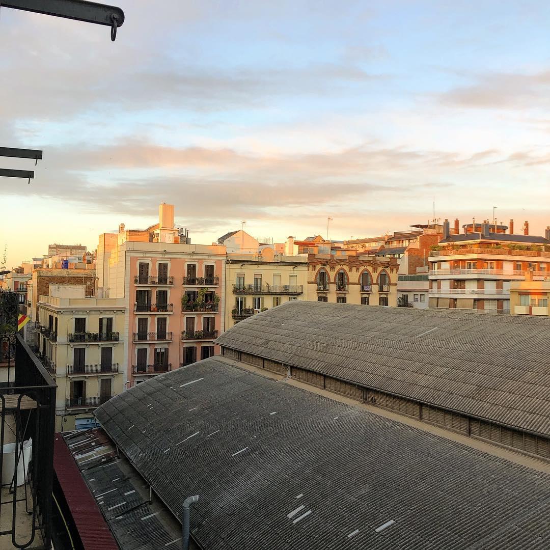 Ha amanecido un lunes muy bonito!! #amillsmorning #bondia #buenosdias #goodmorning #morning #day #barcelona #barridegracia #daytime #sunrise #morn #awake #wakeup #wake #wakingup #ready #sleepy #sluggish #snooze #instagood #earlybird #algaida #photooftheday #gettingready #goingout #sunshine #instamorning #early